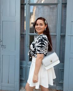 ROXANE - Style : A black&white outfit. Loving this black and white look with a crop top, a high waisted white skirt and black sandals. Also loving my Night&Day bag by De Marquet. Day Bag, Day For Night, White Outfits, White Skirts, Black Sandals, Crop Tops, Black And White, Chloe, Outfit Ideas