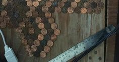 Hon limmar fast 15 000 mynt på golvet – kolla nu när kameran zoomar ut