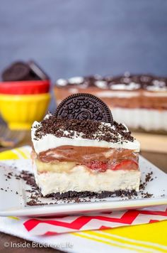 No Bake Banana Split Oreo Dessert. Layers of no bake banana cheesecake with bananas strawberries and Oreo cookies. Oreo Pudding Dessert, Oreo Dessert Easy, Oreo Dessert Recipes, Easy To Make Desserts, Pie Dessert, Banana Pudding, Chocolate Pudding, Picnic Desserts, Köstliche Desserts