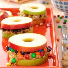 Healthier dessert for the kids: Apple and Peanut Butter Stackers (optional fillings: sprinkles, chopped nuts, chocolate chips, etc. You can also melt dark chocolate in the microwave and mix with peanut butter Yummy Snacks, Yummy Treats, Delicious Desserts, Yummy Food, Snacks Homemade, Kid Snacks, Homemade Baby, Think Food, Love Food