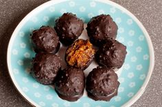 Raw chocolate candy with nuts, figs and citrus, truffle, healthy vegan dessert, Healthy Vegan Desserts, Healthy Drinks, Healthy Dinner Recipes, Vegan Recipes, Tzatziki, Chipotle, Granola, Chefs, Tahini