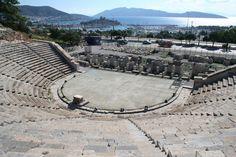Antik Tiyatro, klasik çağdan günümüze ulaşabilen tek yapıdır Bodrum'da. Göktepe dağının güney eteklerindeki bu tiyatro, Anadolu'nun en eski tiyatrolarındandır ve 1960'da restore edilmiştir. Günümüzde birçok festivale sahne olmaktadır. İlginç nitelikleri arasında, oyunlardan önce Dionysos uğruna kurbanların kesildiği sunağı ve bazı koltukların arasındaki, belki de gölgelik olarak kullanılmış olabilecek delikler vardır.Koltukları arasında 40 cm. mesafe bırakılmıştır ve 13.000 kişi…