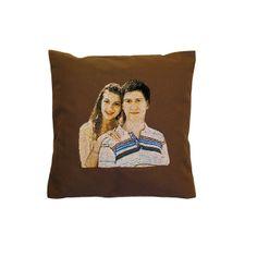 Запоминающимся подарком для любого праздника станет подушка с вышитым портретом