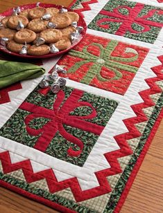 LOVE this table runner. I& interested in doing more quilting but not in making big quilts. This might be a great project! Christmas Present Quilt, Christmas Runner, Table Runner And Placemats, Quilted Table Runners, Christmas Sewing, Christmas Projects, Christmas Quilting, Christmas Applique, Quilted Table Toppers
