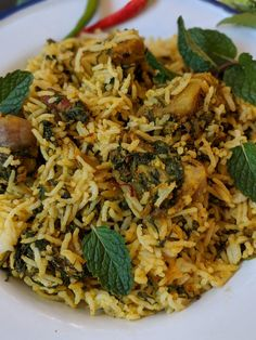 Aloo Palak biryani is a delicious one pot meal that comes together in under 30 minutes. Make this for a weeknight dinner and serve with plain yogurt for a filling, flavoursome meal. Chinese Food Recipes, Veg Recipes, Indian Food Recipes, Vegetarian Recipes, Cooking Recipes, Cooking Tips, Aloo Palak Recipe, Biryani Recipe, Palak Rice Recipe Indian
