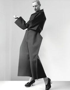 Visions of the Future: comme des garcons [ Lucid. The CV ] Foto Fashion, Fashion Art, High Fashion, Fashion Show, Womens Fashion, Fashion Design, Fashion Trends, Fashion History, Trendy Fashion