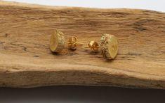 Holz Ohrringe für Damen | Ohrstecker gold Verschluss | Gold Ohrringe Stecker aus Holz | Holz Schmuck für Mädchen | Goldregen holz Ohrringe von WoodRaptor auf Etsy Stud Earrings, Etsy, Wood, Handmade, Jewelry, Products, Wooden Jewelry, Wood Wood, Wrapping