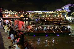 """Pin for Later: Tour du Monde des Plus Belles Décorations de Noël  La fête annuelle """"Christmas by the River"""" de Singapour."""