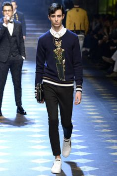 Dolce & Gabbana unveiled its Fall/Winter 2017 collection during Milan Fashion Week. Dolce And Gabbana 2017, Fashion Show, Fashion Outfits, Fashion Trends, Men's Outfits, Fashion Styles, Trendy Outfits, Men's Fashion, Stylish Mens Fashion