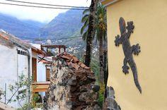 El Guro ist ein Künstlerdorf: Die kleine Wohnsiedlung hat 30, vielleicht 40 winzige, zum Teil bunte und mit Mosaiken und Malereien verzierte Häuser, die sich dicht an dicht an den Hang drücken. Straßen gibt es nicht.