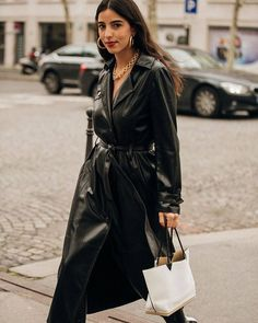 5 Dress Trends Fashion Girls Won't Quit This Spring Frühlingskleid Trend: Leder Source by . Fashion Week Paris, Trend Fashion, Look Fashion, Daily Fashion, Fashion Coat, Fashion Black, Outfits Otoño, Fashion Outfits, Fashion Tips