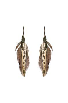 LK2751P Boucles d'oreilles en or 14 carats et faisan brun plaqué or, 8 cm. Cette parure dans un style boho chic est à conseiller aux sauvages des villes. Pas de type particulier de morphologie pour porter ce bijou, il est très facile à porter en toutes circonstances, et conviendra particulièrement bien à celles ayant des cheveux bruns. Ces boucles d'oreilles sont à conseiller sur une tenue contenant un rappel d'or. Automne - Hiver 2015 Garantie 2 ans 90,00 €
