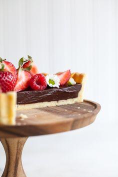 Torta de chocolate com crosta amanteigada e bagas.