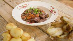 Boeuf bourguignon met gebakken aardappelen en witloof | Dagelijkse kost Easy Cooking, Crockpot, Foodies, Curry, Favorite Recipes, Meals, Dinner, Comfortfood, Ovens