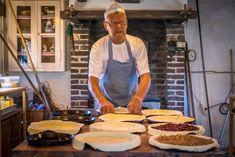 Dit recept voor bitterkoekjesvlaai komt uit het Limburgse Swalmen. De vlaai is overheerlijk, zo lekker zelfs dat ze meestal niet de kans krijgt om volledig af te koelen voordat ze bij een kopje koffie of thee opgegeten wordt. Cake Recipes, Ethnic Recipes, Food, Recipes, Easy Cake Recipes, Essen, Meals, Yemek, Eten