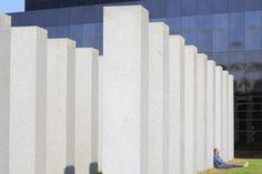 """France, Ille-et-Vilaine (35), Rennes, parc de Beauregard, sculpture en granit de l'artiste Aurélie Nemours intitulée """"Alignement du XXIèmesiècle"""" (2005) © Ludovic MAISANT"""