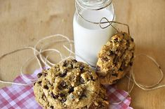 Cookies με ταχίνι, βρώμη και σοκολάτα | kouzinista Tahini, Chocolate Oatmeal, Food Crafts, Cookies, My Recipes, Glass Of Milk, Healthy Snacks, Biscuits, Cereal