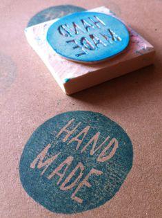 Preparando un proyecto con sellos hechos a mano. Handmade stamp.