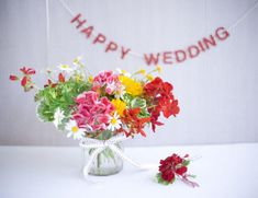 DIY mason jar centerpiece - great for an outdoor Summer/Spring wedding! www.happilywedding.com