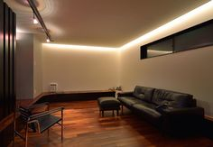 天井の折り上げからもれる光が安堵感を生むリビング
