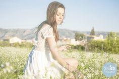 Fotos de chica posando sentada rodeada de flores
