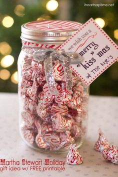 "Merry ""Kiss"" mas gift idea w/ FREE printable - for next year after our wedding. So many mason jars ! Christmas Goodies, Holiday Fun, Christmas Holidays, Christmas Printables, Christmas Decor, Christmas Lights, Holiday Ideas, Christmas 2018 Ideas, Merry Christmas"
