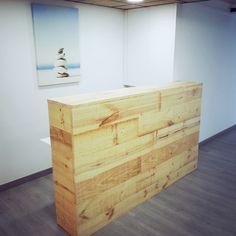Mostrador para local comercial en Barcelona de madera de pino natural a medida.