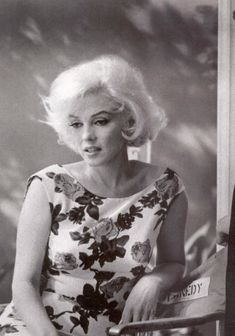 Marilyn Monroe 1962 behind the scenes of Something's Got To Give. She looks sad and withdrawn here. Marilyn Monroe 1962, Marilyn Monroe Kunst, Bert Stern, Annie Leibovitz, Robert Mapplethorpe, Vintage Hollywood, Classic Hollywood, Most Beautiful Women, Beautiful People