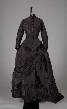 Victorian Era Fashion, 1870s Fashion, Vintage Fashion, Antique Clothing, Historical Clothing, Vintage Gowns, Vintage Outfits, Bustle Dress, Silk Dress
