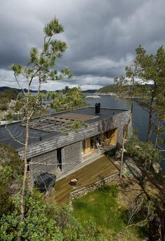 De tar morgenbad direkte fra hytta – åtte-ti meter ned i sjøen Small Cottages, Cabins And Cottages, Sustainable Architecture, Modern Architecture, Bungalow, Hudson Homes, Summer Cabins, Magic House, Exterior Cladding