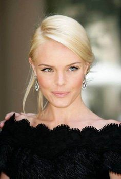 Preso chiqueza com risca bem lateral e make minimal na Kate Bosworth