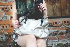 Melina Souza - Serendipity <3  http://melinasouza.com/2015/03/10/bricks-and-door/  Flats:Tutu Ateliê de sapatilhas  Bag: Kipling Skirt: C&A  Blouse: LOja EMME  #Kipling  #Melina Souza  # Tutu Ateliê de SapatilhasIMG_4914