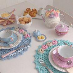 🖐Seguimos con los cursos-taller de crochet: Aprende hacer posa platos tejidos muy elegantes paso a paso🖐 Crochet Kitchen, Crochet Home, Diy Crochet, Crochet Doilies, Crochet Decoration, Decoration Table, Deco Table, Crochet Projects, Tea Party