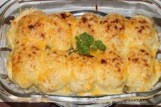 HUEVOS RELLENOS GRATINADOS / 5 huevos cocidos - 1/2 litro de salsa bechamel (ver receta en salsas) - 150g de carne picada de pollo o ternera - 2 cucharadas de tomate frito - 1/2 cebolla - finas hierbas - sal, pimienta y aceite - queso rallado
