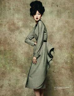Модель Lili Ji в платьях от Galliano, L'Officiel China 0