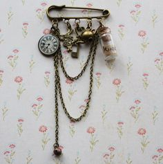 Alice in Wonderland Brooch steampunk jewelry Alice in Wonderland Jewelry fantasy jewelry steampunk brooch clock brooch charm brooch Pandora Bracelets, Pandora Jewelry, Charm Jewelry, Antique Brooches, Antique Jewelry, Tela Shabby Chic, Style Ancien, Steampunk Crafts, Steampunk Accessories