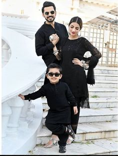 10 Pakistani Celebs' family Eid Pics that are giving us major family goals Eid Outfits, Family Outfits, School Outfits, Pakistani Fashion Party Wear, Pakistani Outfits, Stylish Couple, Stylish Girl, Family Posing, Couple Posing