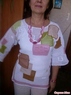 """Эта туника из разряда """"глазки бояться, а ручки делают"""". Главное очень захотеть. Вдохновилась моделями С. Кобзевой. Мудрила, как хотела, пыталась вывязать все остатки пряжи. И успешно! Crochet Blouse, Crochet Top, Tunic Pattern, Loose Fitting Tops, Celebrity Outfits, Blouse Dress, Filet Crochet, Crochet Clothes, Crochet Necklace"""