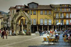 Esta também é uma altura ideal para visitar a cidade Berço de Portugal. Além do castelo, há muitos edifícios históricos para visitar: a Capela de São Francisco, a Capela de São Miguel e o Convento de Santo António dos Capuchos são apenas alguns deles.