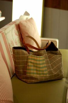 Sac cabas pièce unique fait main en velours Petite poche extérieur Intérieur en toile de coton avec une grande poche.