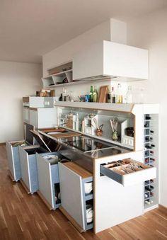 Stauraum in der Küche hilft Ordnung zu halten. Hier eine schön Lösung von Studio Andree Weissert.
