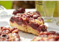 Upside down kagen bages med fyldet i bunden, men ved servering vendes den rundt på fadet, så det lækre fyld er øverst.