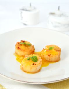 Seared Sea Scallops with an Orange Ginger Sauce. Bring your seared sea scallops to the next level with a subtle sweet and sour orange-ginger sauce. Fusion food has never been so festive! Scallop Dishes, Scallop Recipes, Orange Recipes Healthy, Saint Jacques Poelees, Parsnip Puree, Freshly Squeezed Orange Juice, Ginger Sauce, Shellfish Recipes, Fusion Food