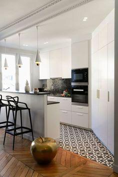 cuisine moderne avec petit bar , des rangements et de la luminosité. Changement au sol pour séparé la cuisine et le salon avec un beau parquet et un sol à motifs