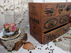 Купить или заказать комод сосна 'Сafe de Paris' в интернет-магазине на Ярмарке Мастеров. Выполнен с учетом пожеланий для Светланы. Большой и вместительный комод, с Парижской тематикой,полностью из массива сосны, достаточно тяжелый. Для хранения специй, чая, кофе, сухофруктов, цукатов, конфет и пр. или кухонной утвари, салфетки, рецепты, зажимы и тд. Массив сосны, обжиг, старение, вощение. Оплата и доставка www.livemaster.ru/lapulay25/policy Хотите первыми узнавать …