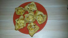 Listove těsto pečené ve formě na mufiny,plněné uzeninou,sýrem,cibulí a zalité rozšlehaným vejcem s kořením