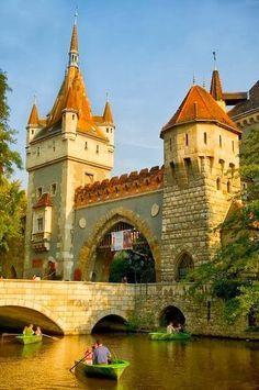 Has guardado  El castillo de Vajdahunyad, se encuentra en el Parque de la Ciudad, Budapest, Hungría.Hungría. Se construyó entre 1896 y 1908 según el diseño de Ignác Alpár. En parte, se trata de una copia de un castillo en Transilvania, Rumania, con el mismo nombre, aunque también es una muestra de diferentes estilos arquitectónicos.