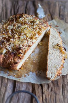 Recept snel brood met baksoda. Een super snel brood zonder gist. Droge ingrediënten mengen, karnemelk erbij en bakken. Voor lunch of bij soep