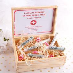 Wyjątkowa propozycja na prezent dla Pary Młodej! Skrzynka z zabawnym napisem Zastrzyk Gotówki i dopasowaną grafiką pozwoli w humorystyczny sposób wręczyć Młodym gotówkę w dniu Ślubu! Wedding Cards, Wedding Gifts, Wedding Present Ideas, Malu, Diy And Crafts, Presents, Gift Wrapping, Birthday, Ragnar