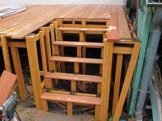 Terrasse en bois avec escalier sur pelouse House In The Woods, Deck, Wood Houses, Garden Ideas, Garden, Courtyards, Outdoor Seating, Terraces, Decking